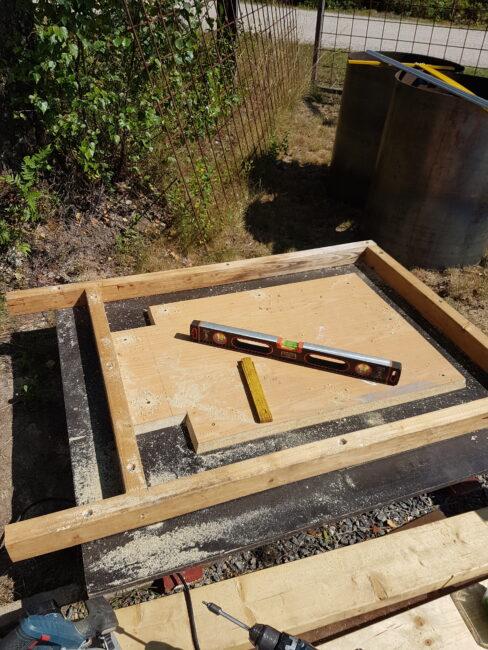 Så här har jag byggt gjutformen, formplyfa med vanligt 45x70 som sarg.